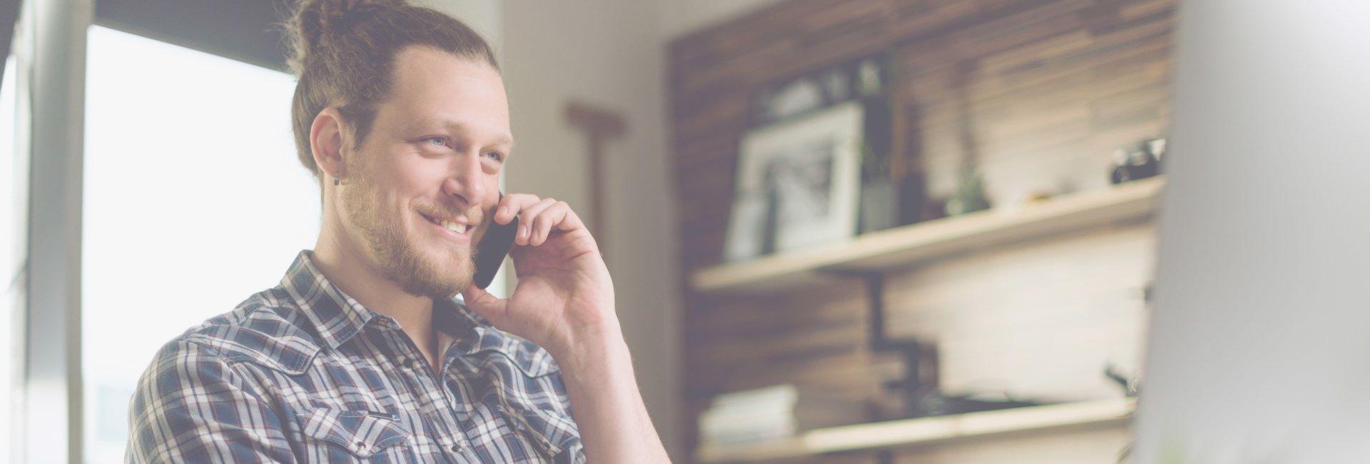 Foto eines telefonierenden Mitarbeiters der Firma Hafnertec, der im Servicebereich tätig ist