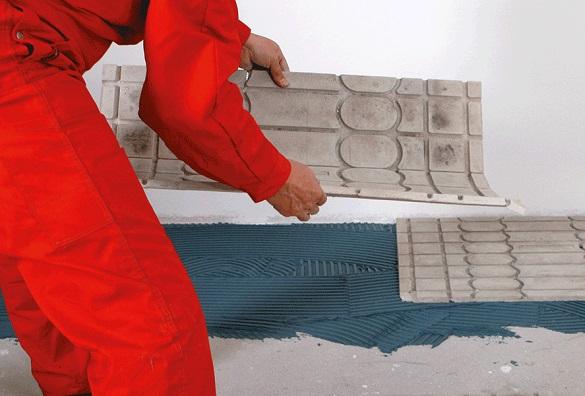 Foto einer Person, die die Wärmeleitplatten auflegt