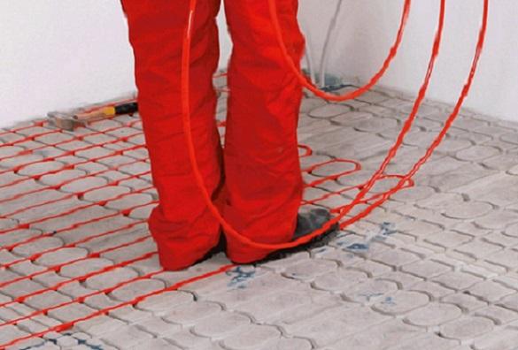 Foto einer Person, die die Rohre in die Wärmeleitplatten einlegt