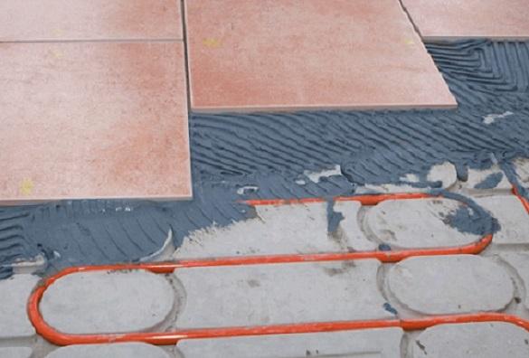Foto vom Verlegen des Belags auf die Actifloor Fußbodenheizung