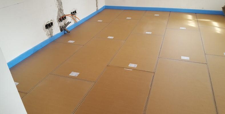 Foto einer eingebauten Actifloor Fußbodenheizung in einer Wohnung mit speziellen Wärmeschutzplatten