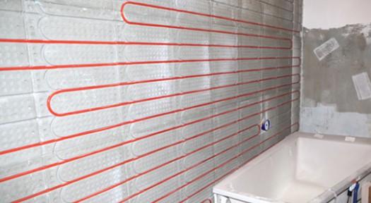 Foto einer eingebauten Wandheizung von Actifloor neben einer Badewanne